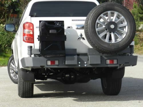 2. Bakstötfångare med reservhjulsfäste och jeepdunkshållare L200