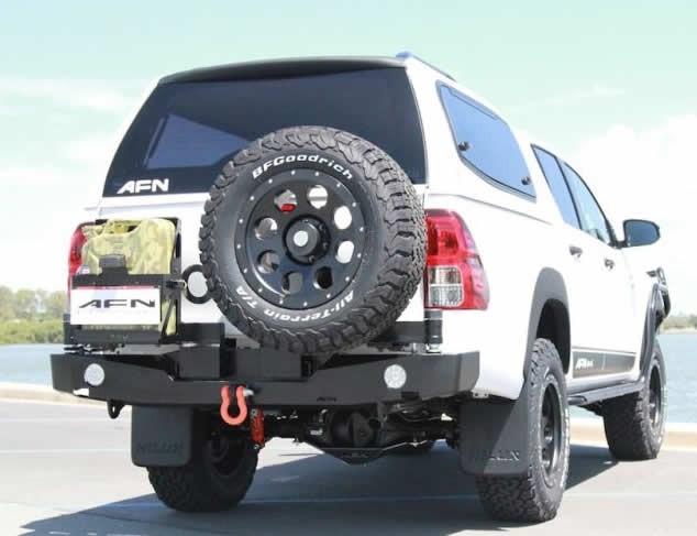 Med reservhjuls och jeepdunkshållare